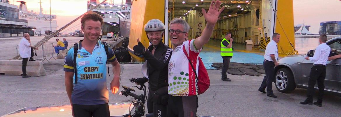 Après 1000 km, les trois leaders ensemble au port de Bari